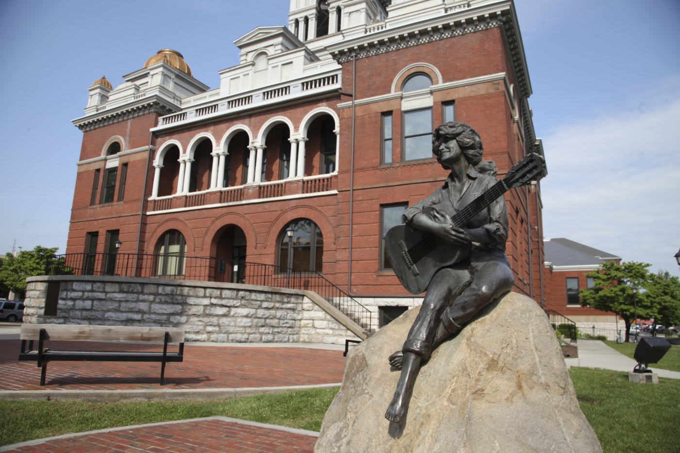 Statue of the great Dolly Parton.